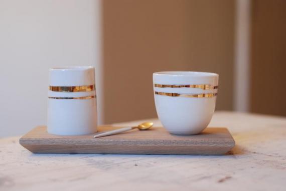 Ensemble de bols en céramique sur planche de bois