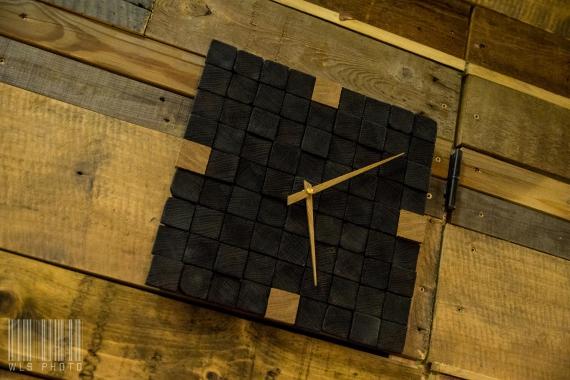 Horloge en bois de bout brulés