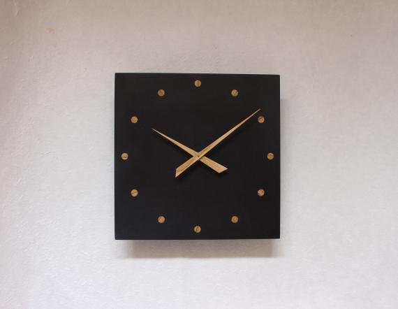 Horloge en MDF noir et incrustation chêne